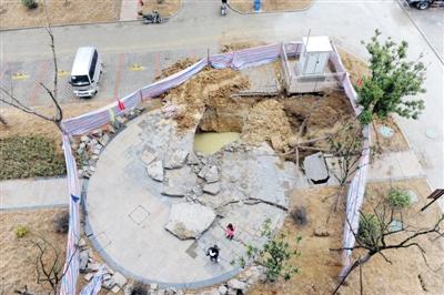 离居民楼仅5米,居民担心引发 楼歪歪 开发商表示系化粪池安装不当
